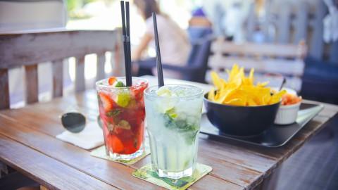 Alcoholvrije Hugo-sangria met fruit