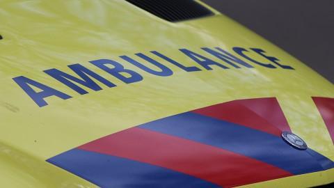 Auto knalt tegen Oosterdijk in Enkhuizen